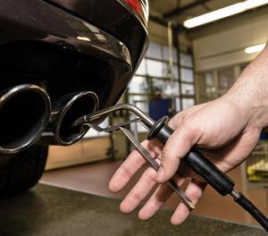Una inspecció de gasos en un vehicle.