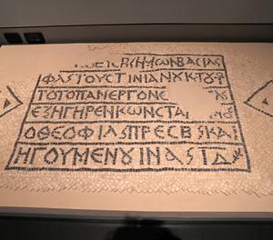Vista d'un mosaic grec del s.VI d.C. que commemora la construcció d'un edifici públic bizantí per part de l'emperador Justinià, exposada al Museu d'Israel, a Jerusalem, aquest dimarts.