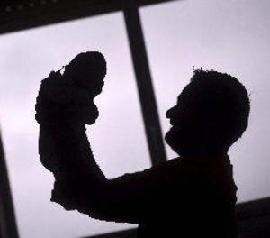 El permís de paternitat serà de 8 setmanes el 2019 i arribarà a les 16 el 2021