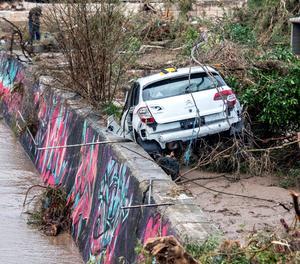Un vehicle afectat per la riuada.