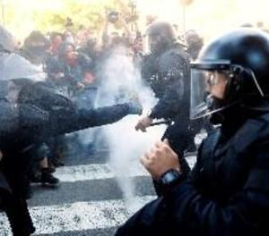 Els Mossos carreguen contra CDR que intentaven arribar a la manifestació de policies