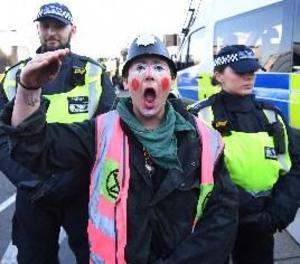 Manifestants contra el canvi climàtic bloquegen cinc ponts de Londres