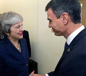 El president del Govern, Pedro Sánchez, conversa amb la primera ministra britànica, Theresa May.