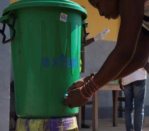 Una dona es renta les mans a Mbandaka, al nord de la República Democràtica del Congo.