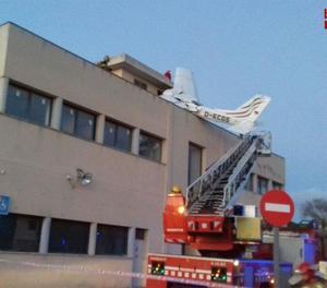 Dos morts en estavellar-se una avioneta en una gasolinera de Badia del Vallès