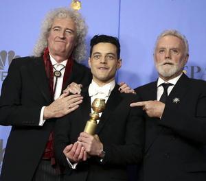 Roger Taylor (d) i Brian May (e), integrants de la banda Queen, amb Rami Malek (c), Globus d'Or al millor actor de drama per 'Bohemian Rhapsody'.
