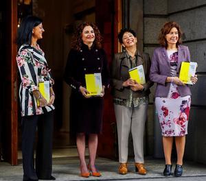 Montero ha arribat al Congrés puntualment a les 10:00 hores juntament amb la sotssecretària d'Estat d'Hisenda, Pilar Paneque, i les secretàries d'Estat de Pressupostos, María José Gualda; i d'Hisenda, Inés Bardón.