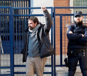 L'alcalde de Cerlà, Dani Cornellà, a la sortida de la comissaria de la Policia Nacional.