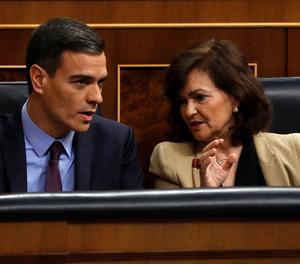 El president del Govern, Pedro Sánchez, conversa amb la vicepresidenta, Carmen Calvo, durant un ple del Congrés.