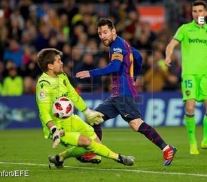 Una acció del parti de Copa del Rei entre el Llevant i el FC Barcelona.