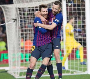 Leo Messi s'abraça amb Jordi Alba, que va fer l'assistència a l'argentí perquè marqués el tercer gol blaugrana, que consolidava el triomf davant d'un combatiu Leganés.