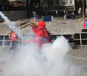 Manifestants s'enfronten a la policia bolivariana