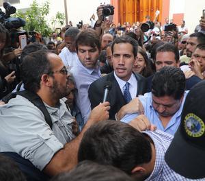 El jefe del Parlamento venezolano, Juan Guaidó , a su llegada este viernes a un evento público con diputados en una plaza en el este de Caracas (Venezuela).