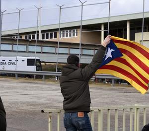 Un home amb una estelada a l'arribada dels presos del 'procés' a Soto del Real.