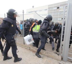 La policia s'emporta urnes de l'Escola Oficial d'Idiomes l'1-O.