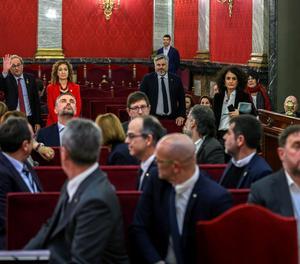 Els 12 líder independentistes, aquest dimarts a la banqueta dels acusats en la primera jornada del judici, amb el president Torra, al fons de la imatge, entre els assistents.