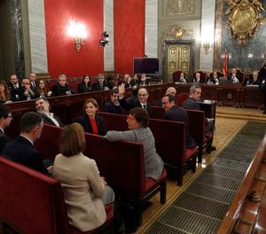Els dotze líders independentistes, just abans de l'inici del judici, ja a la banqueta dels acusats.
