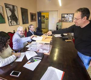 Un professor diposita el seu vot en una mesa electoral ahir a l'institut Màrius Torres.