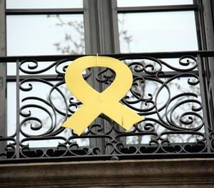 Un llaç groc a la seu del departament de Cultura de la Generalitat