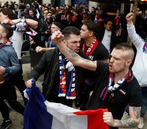 Diversos centenars de seguidors radicals de l'Olympique Lyon s'han concentrat a la plaça Artós de Barcelona.