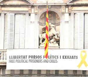 El balcó del Palau de la Generalitat, ahir, amb la pancarta que demana la llibertat dels presos.