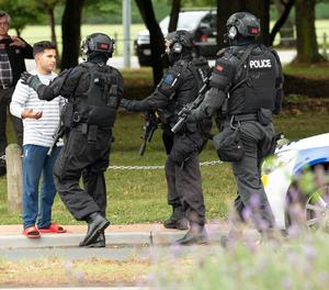 Policies fan retrocedir persones de l'escena d'un tiroteig aquest divendres en una mesquita a Christchurch.