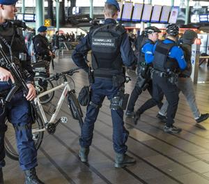 Diversos efectius de la policia militar es despleguen aquest dilluns per l'aeroport de Schiphol (Holanda) per reforçar les mesures de seguretat, després del tiroteig registrat a la plaça 24 d'octubre d'Utrecht.