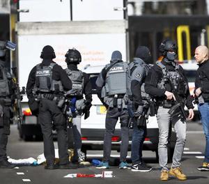 Policies armats vigilen la plaça del 24 d'octubre, on diverses persones han resultat ferides aquest dilluns en un tiroteig, a la zona oest d'Utretch, Holanda.