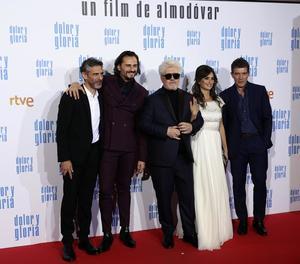 Pedro Almodóvar, amb els protagonistes de 'Dolor y Gloria'.