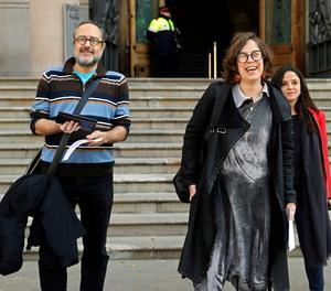 Els exdiputats de la CUP, Antonio Baños i Eulàlia Reguant, acompanyats de la diputada de la CUP, María Sirvent (dreta), surten del Tribunal Superior de Justícia de Catalunya on se'ls ha notificat la multa imposada per negar-se a respondre a VOX quan ambdós van actuar com|com a testimonis en el judici| del 'procés'.