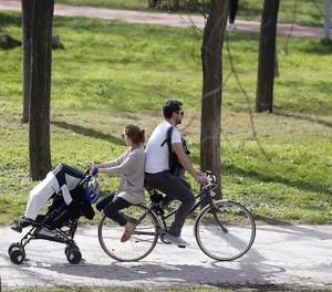 Ampliar el permís de paternitat a 16 setmanes costa 2.612 milions en 3 anys