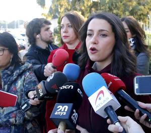 Inés Arrimadas, a l'atendre ahir els mitjans de comunicació.