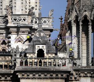 Bombers inspecciones aquest dimecres la façana de la catedral de Notre Dame de París.