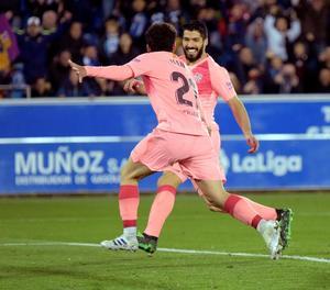 Carles Aleñà celebra amb Luis Suárez el gol que va obrir el camí del Barcelona cap a la victòria.