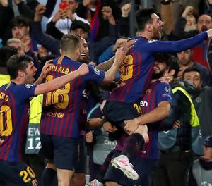 Messi celebra eufòric amb els companys l'extraordinari gol de falta que va significar el 3-0.
