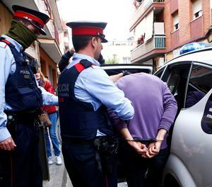 Els Mossos custodien un dels detinguts a Cornellà de Llobregat.