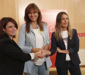La portaveu del Grup Socialista en el Congrés, Adriana Lastra (iaquierda), manté una reunió amb la portaveu de Junts en el Congrés, Laura Borràs (centre), i la vicepresidenta del PDeCAT, Miriam Nogueras.