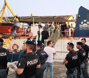 L'arribada de l'embarcació 'Sea Watch 3' al port italià de Lampedusa.