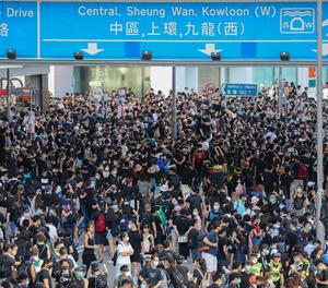 Manifestants entren a la seu del Parlament de Hong Kong després de fer caure la porta