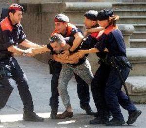 Un tiet de la víctima de la violació múltiple a Manresa intenta agredir els acusats