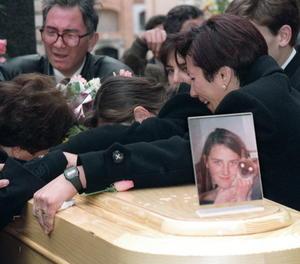 Els familiars de Desiré ploren al cementiri d'Alcàsser, en el qual Miriam, Desirée i Toñi van ser enterrats a tres nínxols contigus el 1993