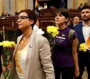 Els diputats d'ERC acudeixen a la investidura amb flors grogues