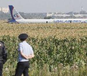 Un Airbus 321 aterra de panxa en un camp de panís als afores de Moscou