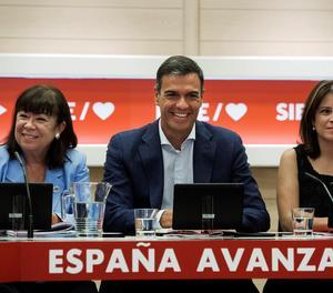 El secretari general del PSOE, Pedro Sánchez; la presidenta del partit, Cristina Narbona (esquerra), i la portaveu, Adriana Lastra, durant una reunió de la Permanent de l'Executiva Federal del partit.