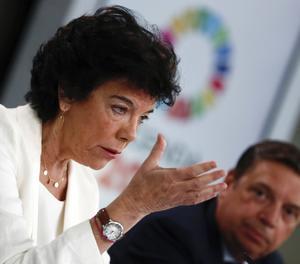 La portaveu del Govern i ministra d'Educació en funcions, Isabel Celaé, al costat del ministre d'Agricultura, Pesca i Alimentació en funcions, Luis Planas, durant la roda de premsa.