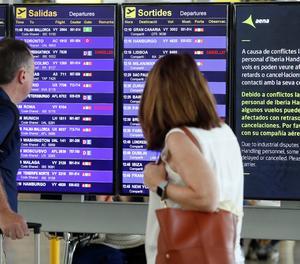 Un panell de l'aeroport del Prat-Barcelona.