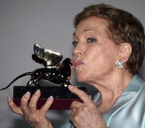 L'actriu Julie Andrews, emocionada al rebre ahir el Lleó d'Or.
