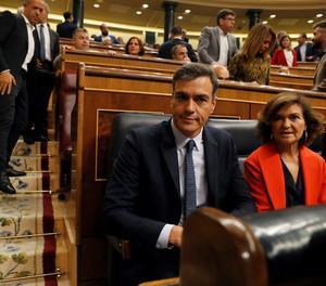 El president del Govern en funcions, Pedro Sánchez, i la vicepresidenta, Carmen Calvo, a l'inici de la sessió de control.