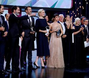 Els directors de 'La trinchera infinita' i les actrius Nina Hoss i Greta Fernández, amb els premis.
