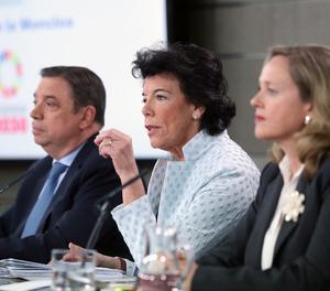 La ministra Portavoz en funcions Isabel Celaá (centre), el ministre d'Agricultura en funcions Lluís Planas i la ministra d'Economia en funcions Nadia Calviño, durant la roda premsa celebrada després del Consell Ministres.